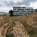 LOGO_Wassergraben mit Muschelkalk-Quadern am Randbereich und Böschungspflastersteinen im Bachlauf