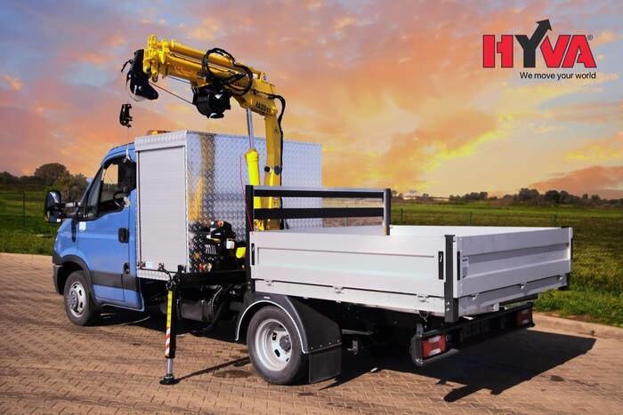LOGO_Hyva Kran HA Serie auf 3,5t Transporter mit Werkzeugbox und Pritsche