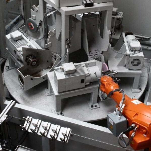 LOGO_Roboterzellen zum Schleifen und Entgraten von Stahlguss mit CNC-Rundtisch