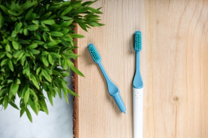 LOGO_TIO Toothbrush with replacable head made from renewable resources